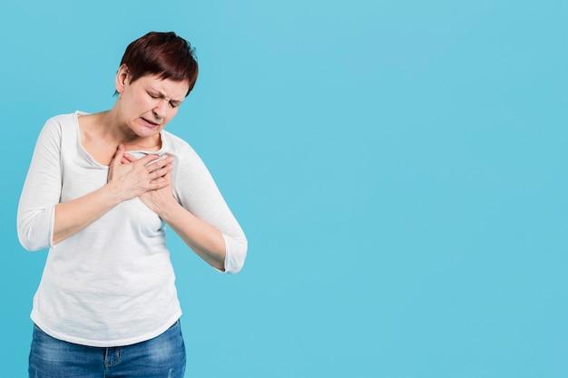 Donna senior con problemi di salute