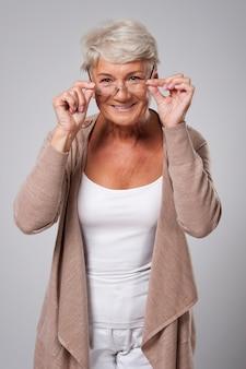 新しい眼鏡をかけた年配の女性