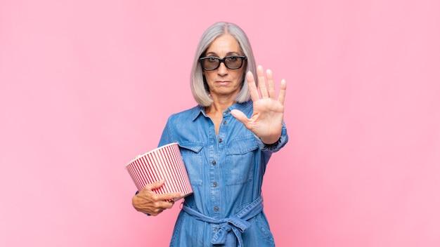 ポップコーンと年配の女性