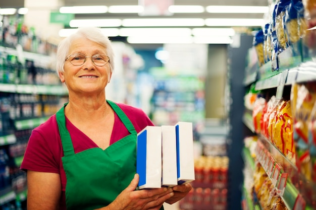 スーパーで働く年配の女性