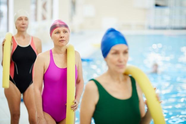 プールで年配の女性