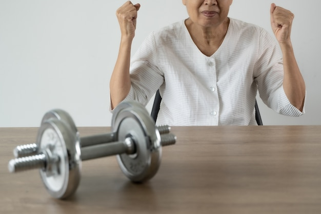 高齢者は健康で運動とライフスタイルスポーツの人々の魅力的な年配の女性