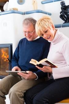 暖炉の前で自宅で高齢者