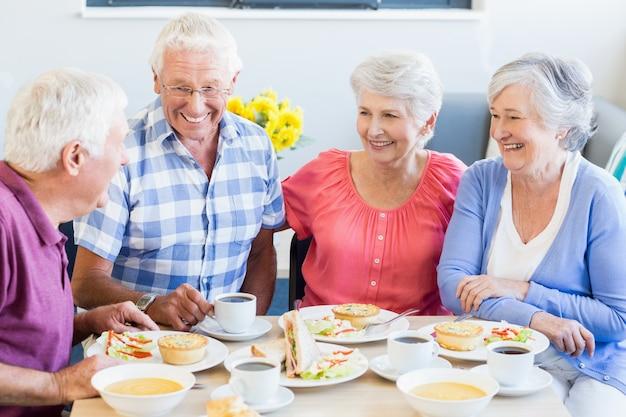 Пожилые люди обедают вместе