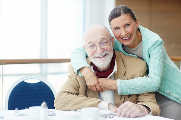 Пожилые люди в ресторане