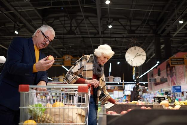 Пожилые люди в супермаркете