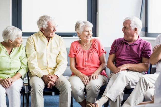 Пожилые люди разговаривают друг с другом