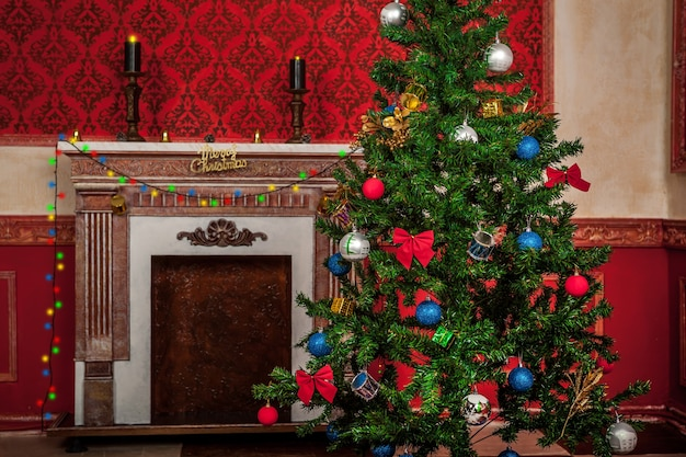 뒷면에 벽난로가 있는 감각적인 빈티지 크리스마스 인테리어