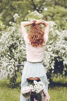 花を楽しむ敏感な女性