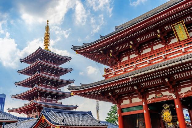 Храм сэнсо-дзи в асакуса, токио, япония.