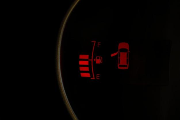 車のダッシュボードにあるセンサーがドアを閉めていないドライバーに信号を送る場合は注意が必要です