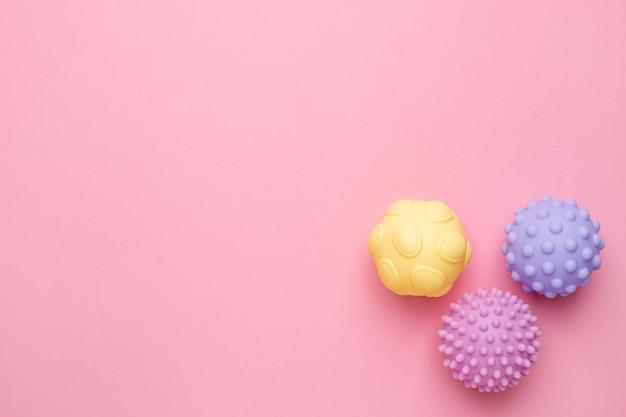赤ちゃんと子供のための感覚ボール、柔らかい質感のボールをマッサージし、コピースペースを備えた幼児のタッチハンドのための赤ちゃんの触覚おもちゃを開発する