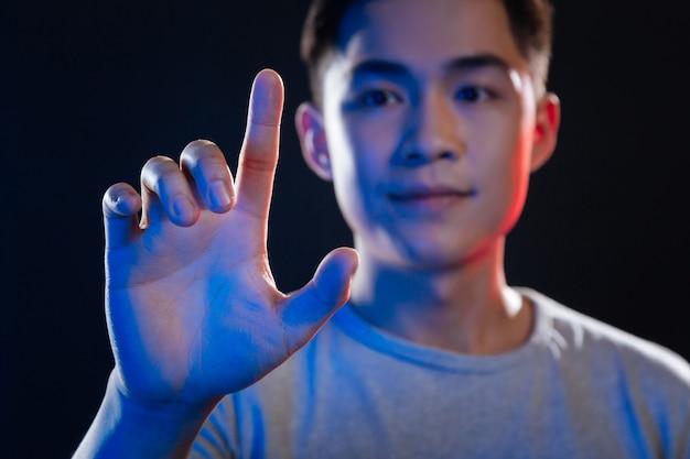 感覚スクリーン。感覚画面に押し付けられている男性の指の選択的焦点
