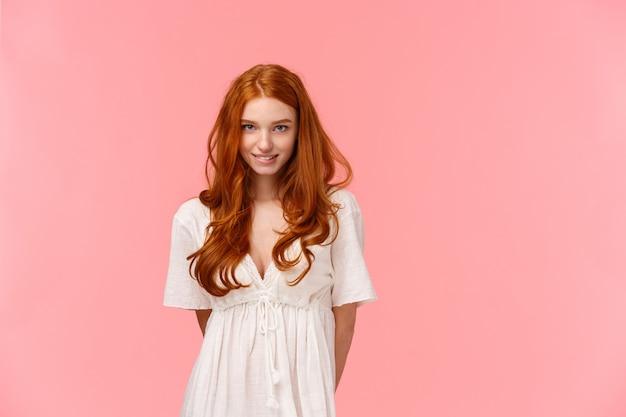 官能的でかわいい、コケティッシュな赤毛の女性、魅惑的な視線、恥ずかしがり屋の大胆な質問