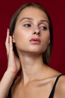 Чувственный и женственный женский портрет с рукой у лица.