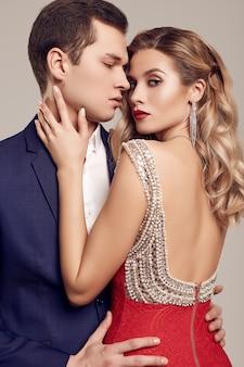 Чувственная красивая молодая пара, одетая в формальную одежду