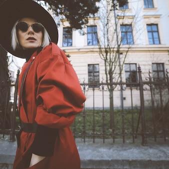 Чувственная блондинка в винтажной одежде на городской улице
