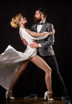 관능적인 커플 춤 왈츠 열정과 사랑 개념 왈츠 춤 살사 탱고 커플 부드러운