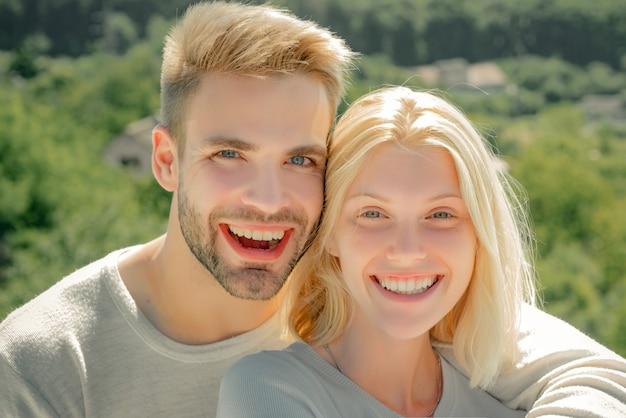 젊은 연인과 사랑을 나누는 친밀감을 즐기는 관능적 인 커플