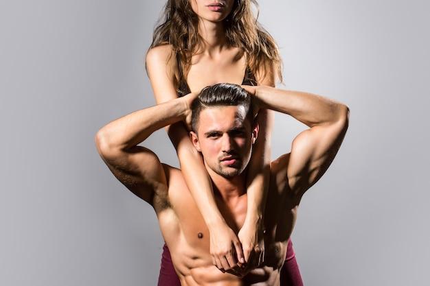 관능적 인 여자와 벌거 벗은 몸통과 벌거 벗은 근육질 가슴을 가진 잘 생긴 근육질 남자의 섹시한 벌거 벗은 몸 섹시한 부부와 관능적 인 커플