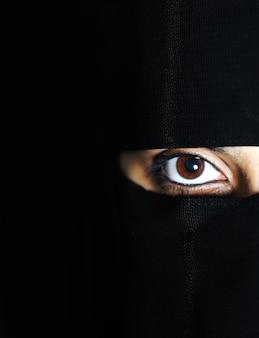 官能的な東部、アジア、アラビアの女性、スカーフの下の魅力