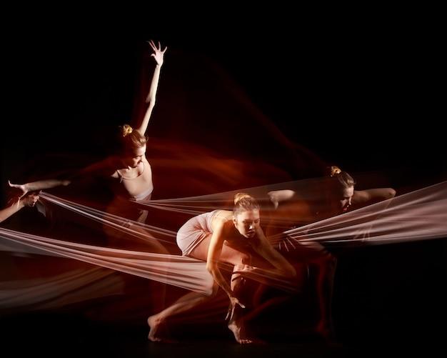 La danza sensuale ed emotiva della bellissima ballerina con tessuto bianco