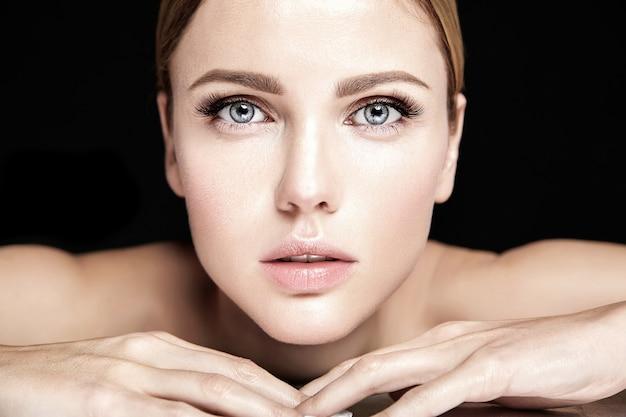 누드 입술 색상과 깨끗한 건강한 피부 얼굴을 가진 신선한 매일 메이크업 관능적 인 매력 아름다운 여자 모델