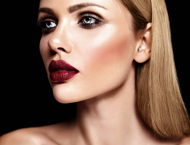 Чувственный гламур портрет красивой блондинки модели леди со свежим ежедневным макияжем с фиолетовым цветом губ и чистой здоровой кожей