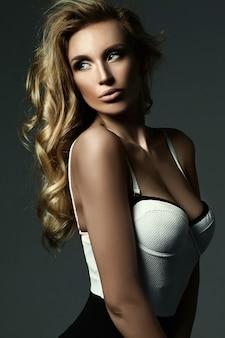 신선한 메이크업과 건강한 곱슬 머리를 가진 아름 다운 금발 여자 모델 여자의 관능적 인 매력 초상화