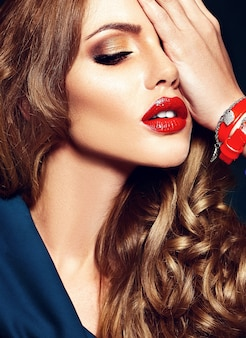 赤い唇の色ときれいな健康な肌と新鮮な毎日のメイクで美しい女性モデルの官能的な魅力の肖像画。