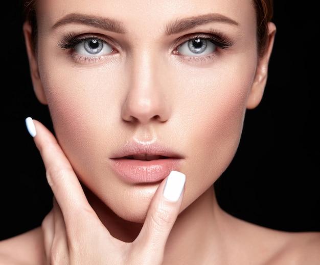 검은 메이크업없이 깨끗하고 건강한 피부를 가진 아름 다운 여자 모델의 관능적 인 매력 초상화