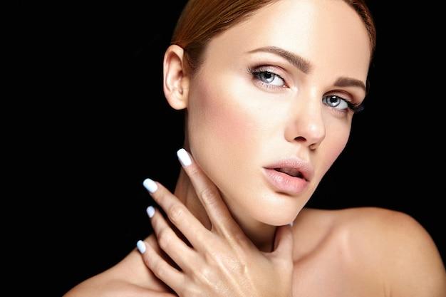 Чувственный гламур портрет красивой женщины модели без макияжа и чистой здоровой кожи на черном