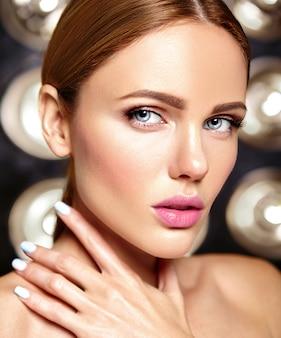 黒の化粧ときれいな健康的な肌と美しい女性モデルの官能的な魅力の肖像画