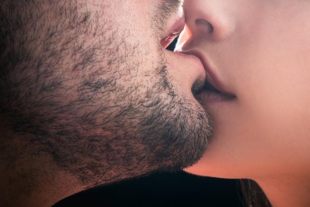 官能的なキス。愛のカップル。親密な関係と性的関係。クローズアップ口キス。情熱と官能的なタッチ。ロマンチックで愛。