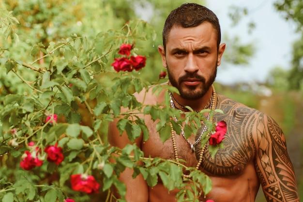 官能的な男性。美しい目を持つハンサムなセクシーなトップレスの男性モデル。上半身裸のセクシーな男性的な男