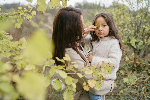Чувственное фото. милая маленькая девочка. люди выходят на улицу. женщина в коричневом пальто.