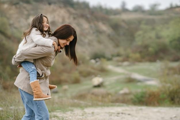 관능적 인 사진. 귀여운 작은 소녀. 사람들은 밖으로 걸어갑니다. 갈색 코트에 여자입니다.