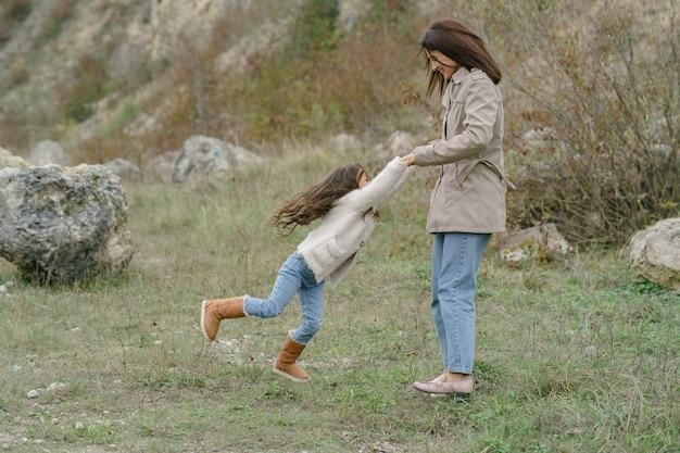 官能的な写真。可愛い女の子。人々は外を歩く