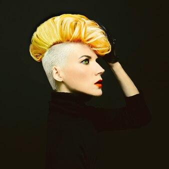 검은 배경에 세련된 머리색 머리를 한 관능적 인 초상화 아가씨
