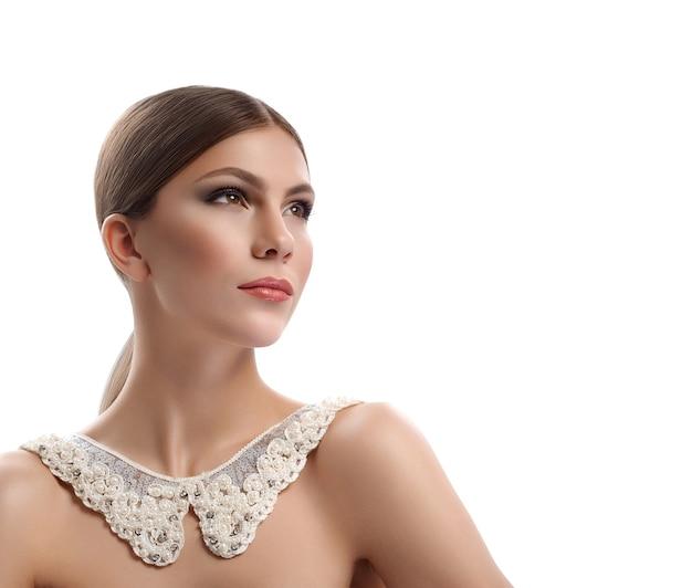 官能的な女王。真珠のコピースペーススタイリッシュなファッショナブルなモデルアクセサリーの美しさの概念とレースの襟を身に着けて優雅に目をそらしてポーズをとるゴージャスな女性のトリミングされたスタジオの肖像画