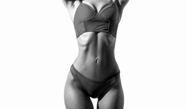 관능적 인 허리. 우아한 빨간 속옷에 섹시 한 여자입니다. 운동 몸매, 날씬한 허리, 섹시한 여자. 빨간 란제리에 섹시 한 젊은 여자. 검정색과 흰색.