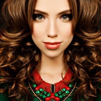 官能的な女性。巻き毛の女の子のファッション モデルのファッションの肖像画。美しい顔のクローズ アップ。メイクと巻き髪