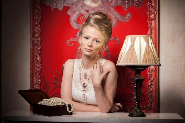 빅토리아 드레스와 인테리어에 관능적인 여자입니다. 풍부한 라이프 스타일. 빈티지와 역사