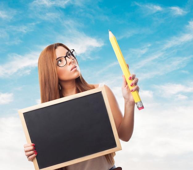黒板や鉛筆で官能的な女性