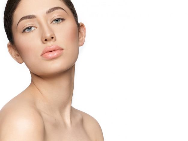 Чувственная женщина с обнаженной макияж, глядя на камеру