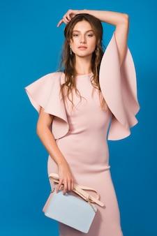 핑크 럭셔리 드레스, 여름 패션 트렌드, 세련된 스타일의 관능적 인 젊은 세련된 섹시한 여자, 유행 핸드백을 들고