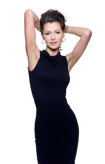 黒のドレスで官能的な女性