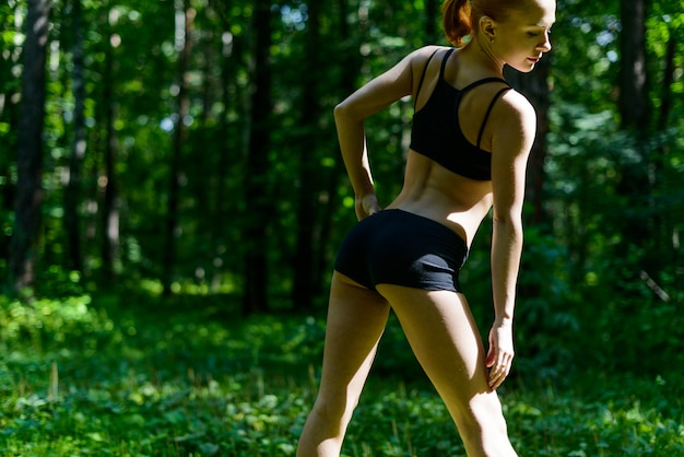 公園の官能的なフィットネス女性