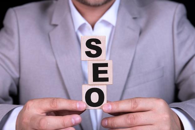 Seo検索エンジン最適化、テキストは木製の立方体に書かれています