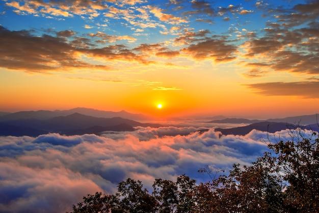 설악산 산은 서울에서 아침 안개와 일출으로 덮여 있습니다.